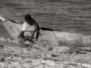Poika selvittelee verkkoja Bangweulu-järven rannalla Luapulassa. Maailman terveysjärjestön WHO:n lahjoittamilla hyttysverkoilla kalastetaan pieniä sinttejä.