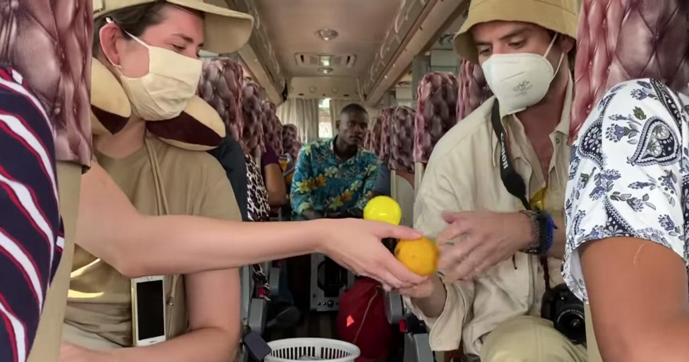 Ruutukaappaus videolta, jossa taideteosta kuljetetaan Tansaniassa bussissa