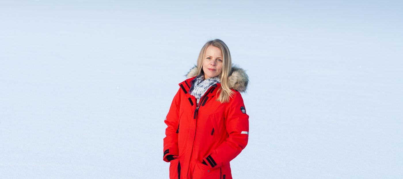 Saara Lehmuskallio punaisessa talvitakissa jäällä