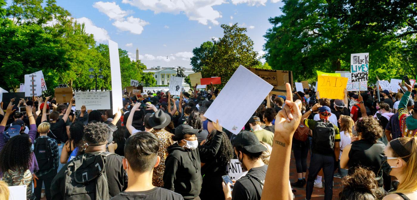 Joukko Black LIves Matter -mielenosoittajia kuvattuna takaapäin Valkoisen talon edustalla
