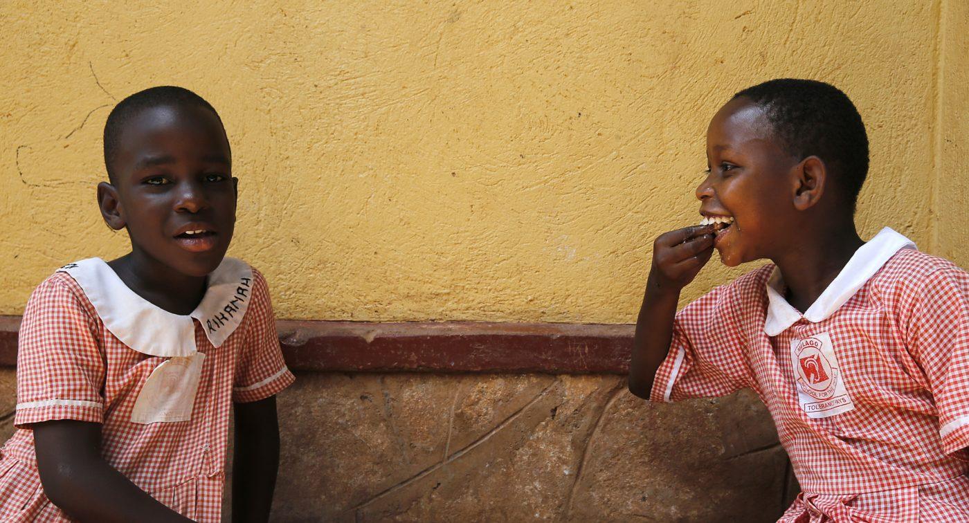 Kaksi ugandalaista koulutyttöä