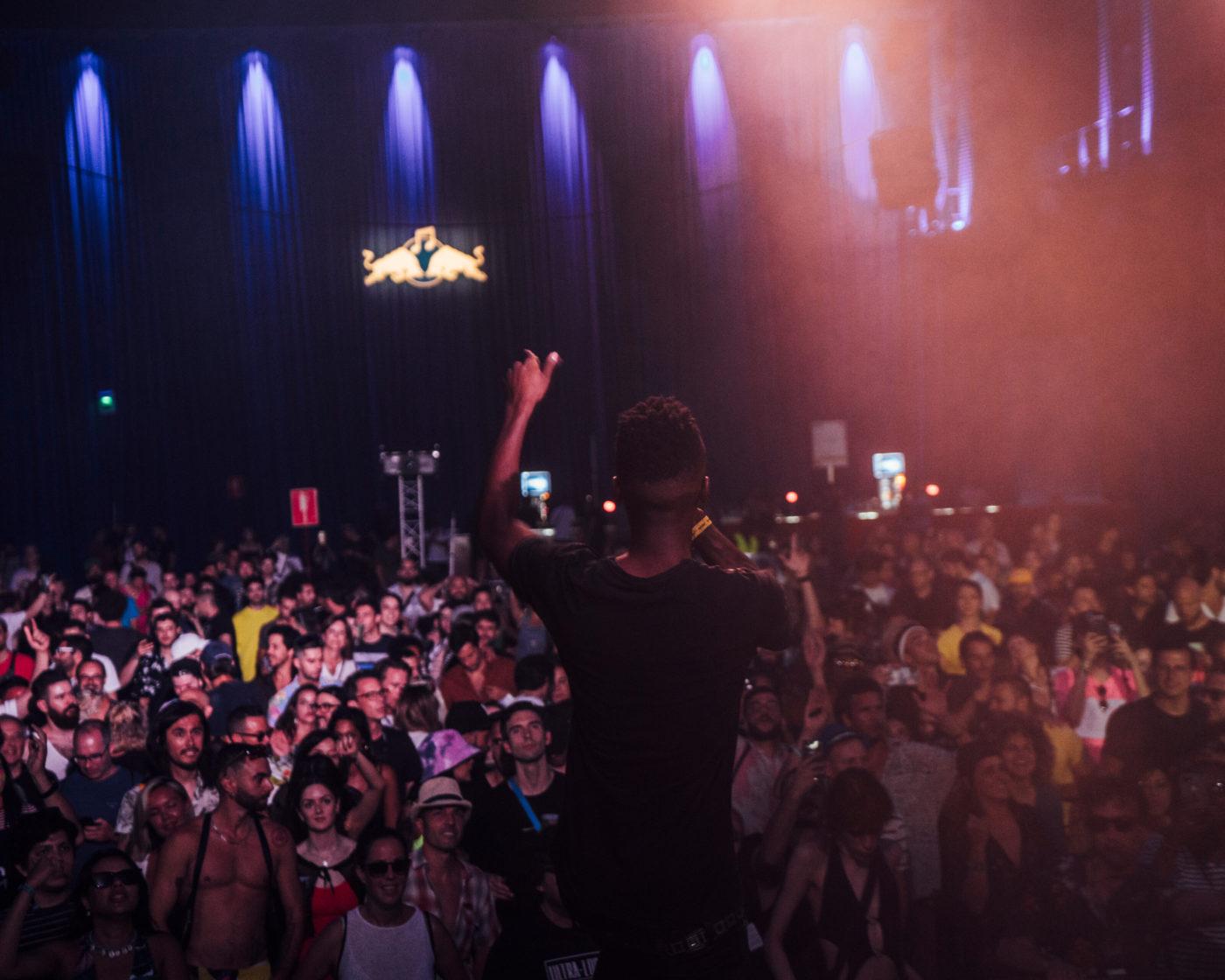 Rap-artisti esiintyy konsertissa.