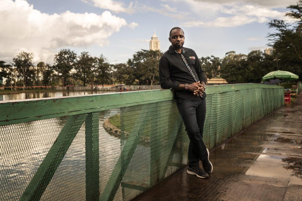 Kenialainen aktivisti Bomiface Mwangi seisoo Nairobin keskustassa