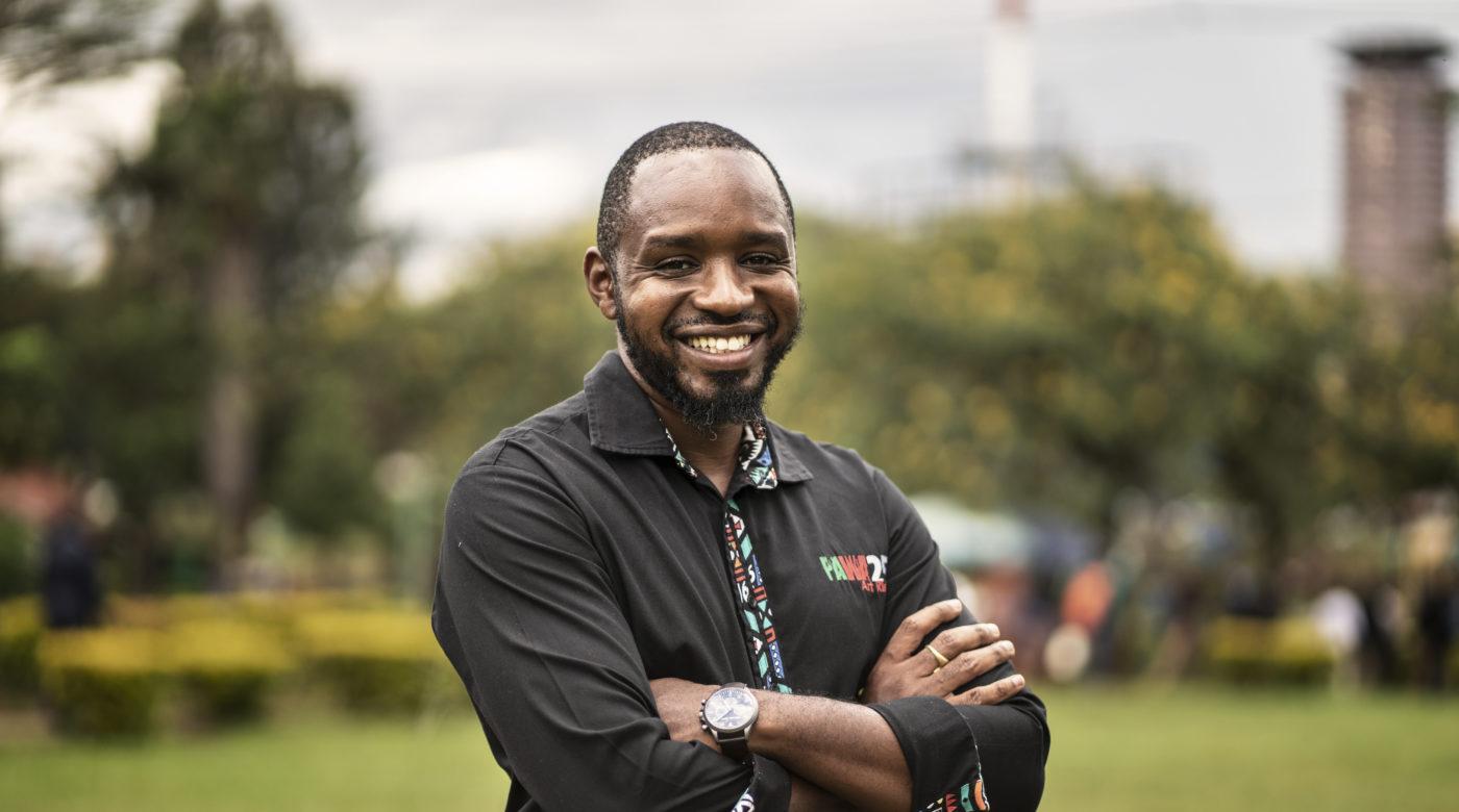 Kenialainen aktivisti Bomiface Mwangi kädet ristissä rinnan päällä