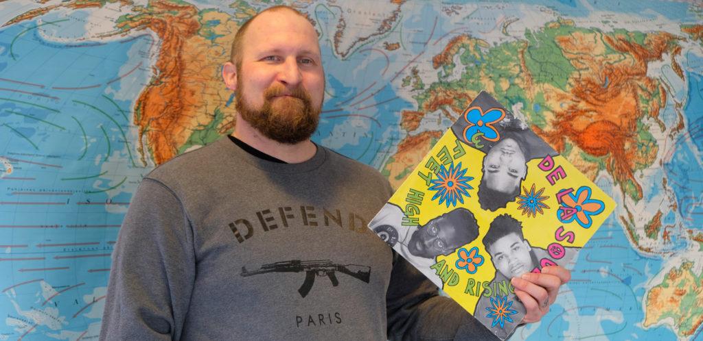 Paleface poseeraa De La Soulin levyn kanssa.