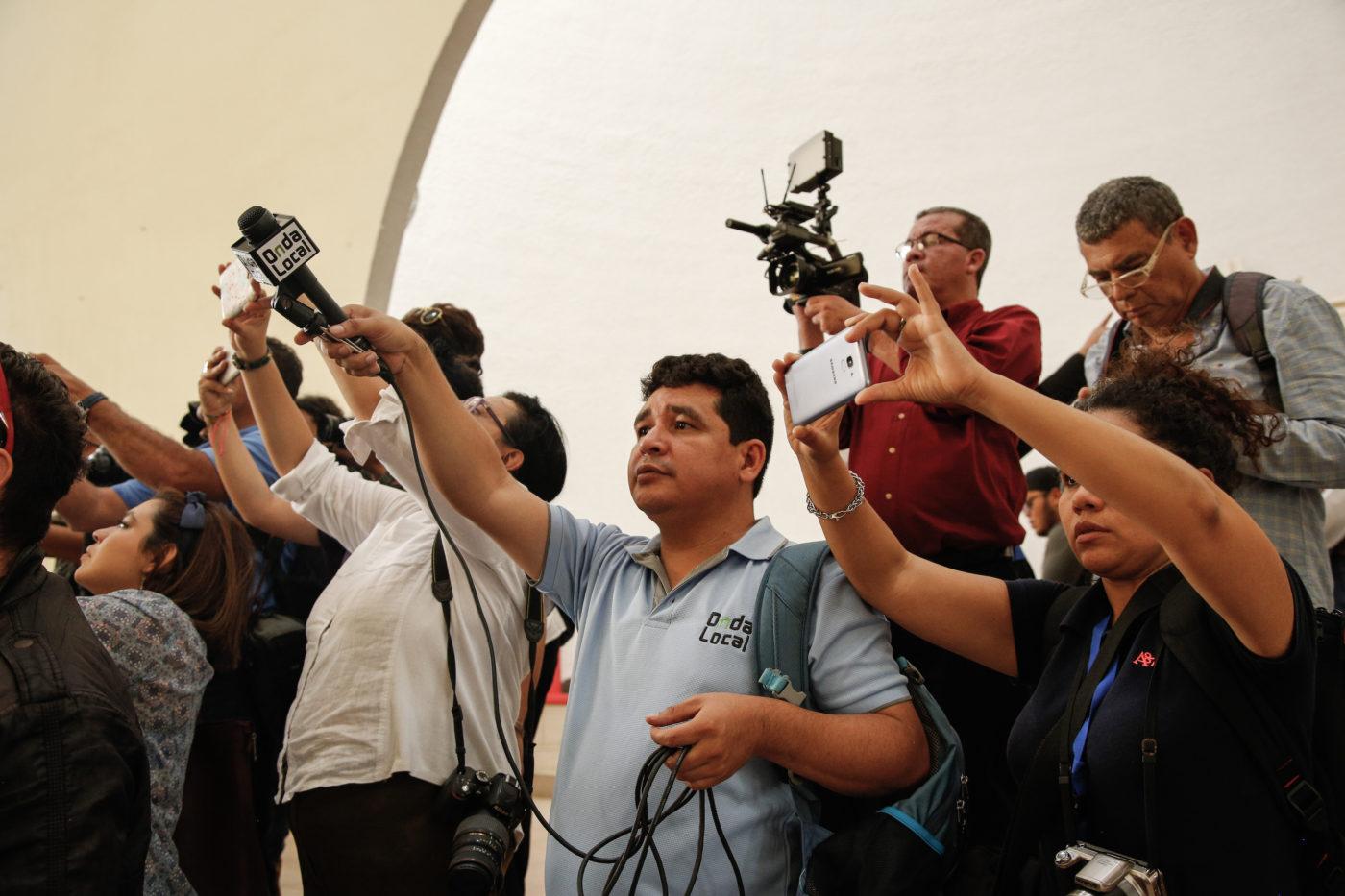 Toimittajia rivissä mikrofonit käsissään