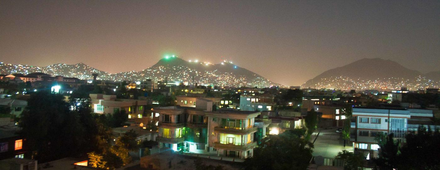 Kuvituskuva, jossa öinen kaupunkimaisema Kabulista.