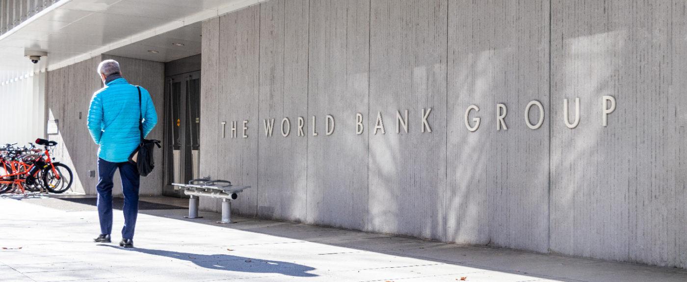 Mies kävelee Maailmanpankin päämajan edustalla.